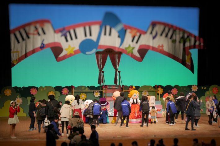 ミュージカルが終わったら,キャラクターとハイタッチができました。