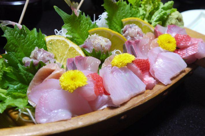 魚拓荘鈴木屋での夕食。お刺身の盛り合わせは舟盛りでした。